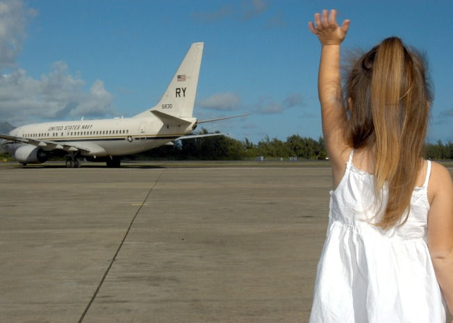 child-waving-goodbye-595429_1920.jpg
